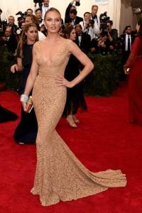 La modelo Candice Swanepoel con un vestido color nude de encaje del diseñador Michael Kors.