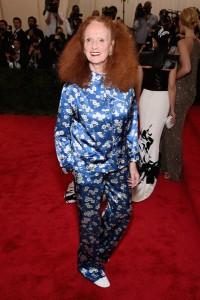 Grace Coddington con un traje dos piezas azul con estampados del diseñador Michael Kors.
