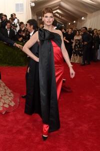 Linda Evangelista con un vestido rojo y negro de la firma Moschino.