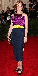 Ruth Wilson con un vestido tricolor de la firma Oscar de la Renta colección Fall 2015.
