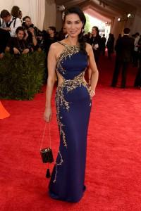 Wendi Deng Murdoch con un vestido azul y dorado de Oscar de la Renta.
