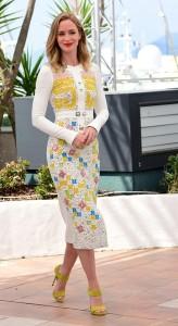 Emily Blunt con un vestido blanco estampado del diseñador Peter Pilotto colección Fall 2015.
