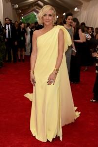 Kristen Wiig con un vestido amarillo con lazo en el hombro del diseñador Prabal Gurung.