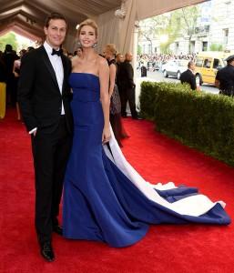 Ivanka Trump con un vestido azul con cola azul y blanca del diseñador Prabal Gurung.