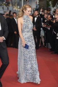 Diane Kruger, siempre elegante, con un vestido de gasa y paillattes con cuello halter de la firma Prada.