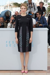 Lea Seydoux con un vestido azul marino y gris de la firma Prada colección Fall 2015.