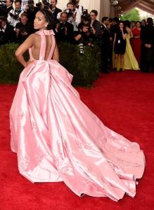 Imagen del vestido por su parte trasera.