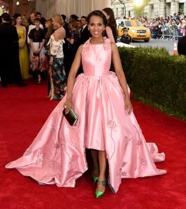 Kerry Washington con un vestido rosa de corte princesa de la firma Prada.