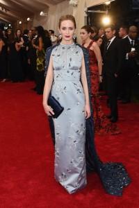 Emily Blunt con un vestido azul claro estampado con capa azul marino también estampada de la firma Prada.