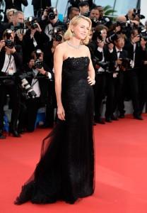 Naomi Watts con un vestido negro del diseñador Ralph Lauren Colección Fall 2015.