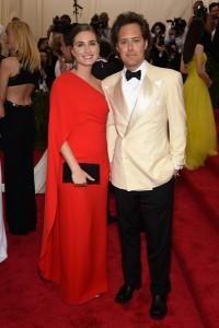 Lauren Bush, con su marido David Lauren, con un vestido rojo asimétrico del diseñador Ralph Lauren.