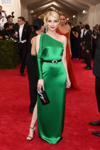 Emma Roberts con un vestido verde asimétrico de Ralph Lauren Collection.