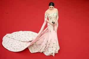 Fan Bingbing siempre elegante con un vestido rosa con flores verdes de la firma Ralph&Russo.