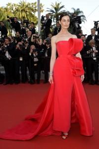 Erin O'Connor con un elegantisimo vestido rojo de la firma Ralph & Russo.