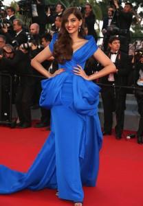 Sonam Kapoor con un elegante vestido azul eléctrico con cola de la firma Ralph & Russo Spring 2015.
