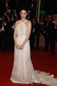 Rooney Mara con un vestido blanco de cuello halter con bordados de la firma Rochas colección Fall 2005.