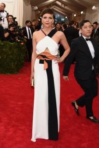 Maggie Gyllenhaal con un vestido blanco y negro del diseñador Roland Mouret.