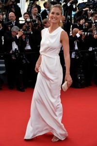 Bar Refaeli con un vestido blanco del diseñador Roland Mouret.