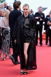 Melissa George con un traje de tres piezas (blusa, pantalón corto y abrigo) de la firma Schiaparelli Couture Spring 2015.