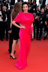 Aure Atika con un vestido rosa fúcsia de la firma Schiaparelli Couture Fall 2014.