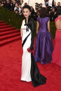 Carina Lau con un vestido asimétrico en blanco y negro de la firma Schiaparelli Haute Couture.