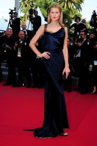 Toni Garrn con un vestido azul marino y tirantes dorados de la diseñadora Sophie Theallet.