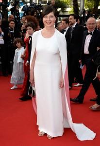 Isabella Rossellini, cuya madre Ingrid Bergman es la imagen del cartel de este año del festival, con un vestido blanco con capa blanca y rosa de la diseñadora Stella McCartney.