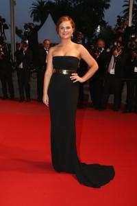 """Amy Poehler en el estreno de """"Inside Out"""", con un vestido negro de escote palabra de honor de la diseñadora Stella McCartney."""