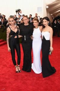 Cara Delevigne con un jumsuit de tirantes, Stella McCartney con un vestido negro, Sofia Ritchie con un vestido blanco de cuello halter y Zhu Zhu con vestido blanco y negro todos ellos de Stella McCartney.