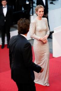 Emily Blunt con un vestido de paillettes doradsa de la diseñadora Stella McCartney.