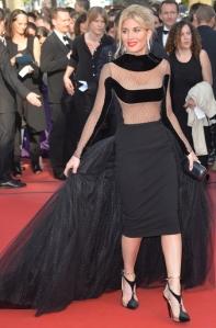 Hofit Golan con un vestido negro con transparencias y cola de tul de Stephane Rolland.