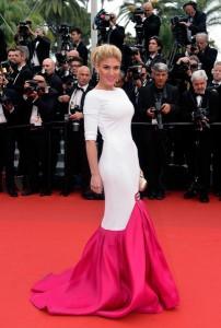 Hofit Golan con un vestido blanco y rosa de Stephan Rolland Couture.