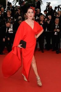 Rossy De Palma con un vestido rojo de la firma española Sybilla.