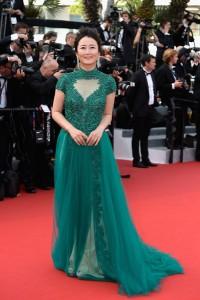 La actriz Zhao Tao con un vestido verde de la diseñadora japonesa Tadashi Shoji.