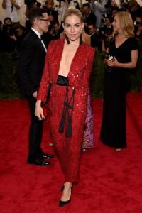 Sienna Miller con un escotado traje dos piezas de color rojo del diseñador Thakoon.