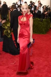 Rita Ora con un vestido rojo muy elegante y muy adecuado para la noche dedicada a la China del diseñador Tom Ford.