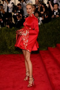 Karolina Kurkova con un corto vestido rojo con mangas anchas del diseñador Tommy Hilfiger.