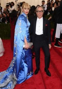Dee Hilfiger con su marido el diseñador Tommy Hilfiger con un vestido azul con bordados dorados diseñado por él.