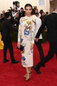 Emily Ratajkowski con un vestido blanco de manga larga con estampado multicolor de la firma TopShop.