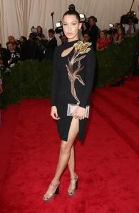 Bella Hadid con un vestido corto con estampado floral dorado de la firma TopShop