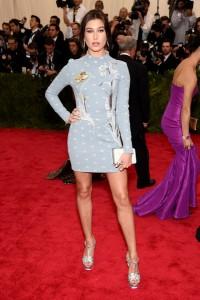 Hailey Baldwin con un vestido corto azul claro con estampados de la firma TopShop.