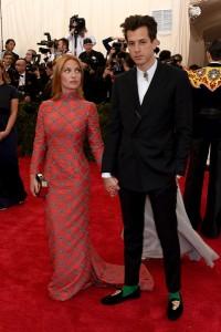 Josephine de la Baume, con su marido Mark Ronson, con un vestido rojo y gris con manga larga de TopShop.