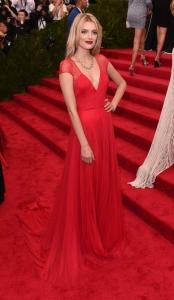Lily Donaldson con un vestido de seda rojo de la firma TopShop.
