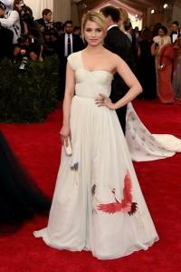 Dianna Agron con un vestido blanco con bordados de animales en la falda de la diseñadora Tory Burch.