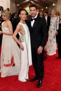 Maggie Q, con su novio Dylan McDermott, con un vestido pantalón de la diseñadora Tory Burch.