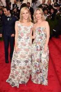 Tory Burch y Melanie Laurent con dos vestidos con estampado floral diseñados por Tory.