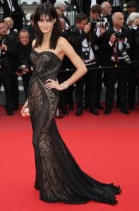 Isabeli Fontana con un vestido negro con tranparencias y estampados de Tufi Duek.