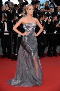 Lindsay Ellingson con un vestido gris metalizado de la diseñadora Ulyana Sergeenko.