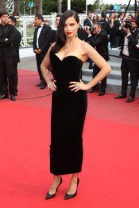 Adriana Lima con un vestido de terciopelo negro de la diseñadora Ulyana Sergeenko colección Haute Couture Fall 2014.