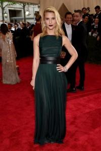 Claire Danes con un vestido verde con cinturon negro de Valentino Haute Couture Fall 2014.